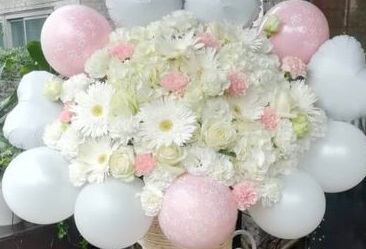30 white pink flowers basket surrounded with 10 air balloons
